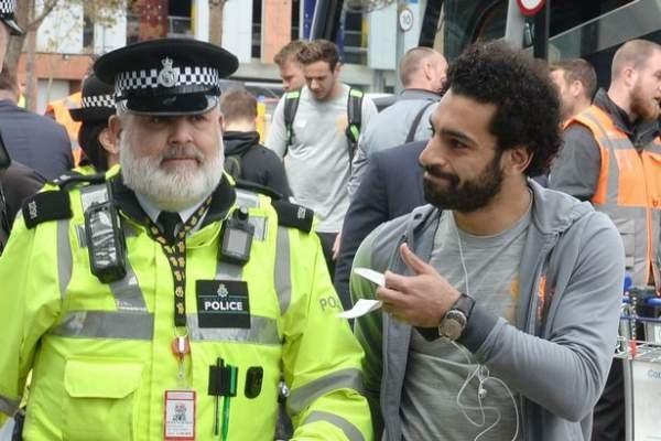 Mohamed Salah được cảnh sát hộ tống riêng lên máy bay